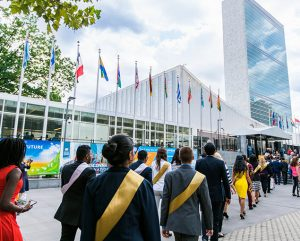 Delegados de la juventud de 42 países ingresando a la sede de Naciones Unidas en Nueva York